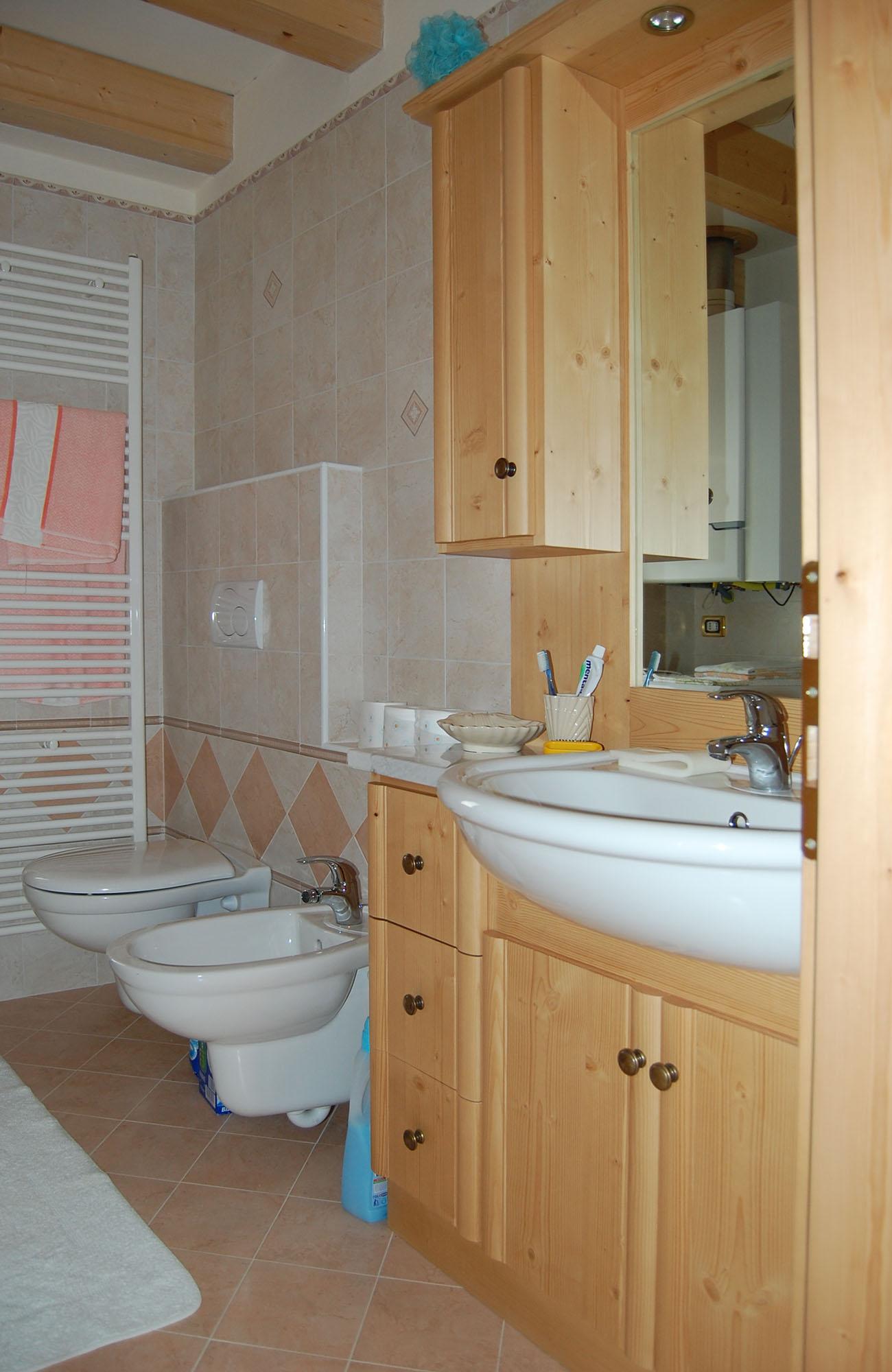Arredo in legno da bagno con mobili su misura - Mobili da bagno su misura ...