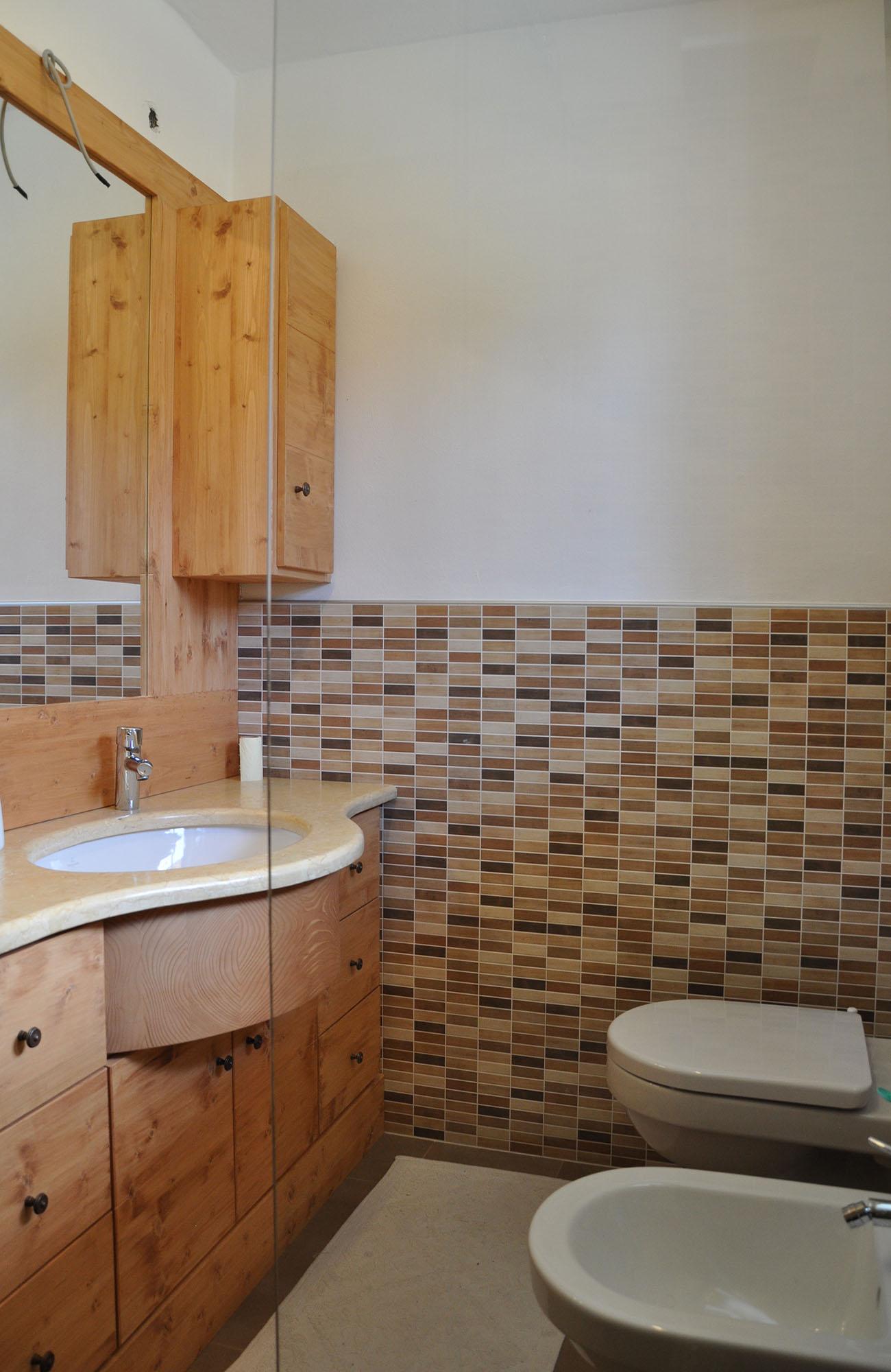 Arredo in legno da bagno con mobili su misura