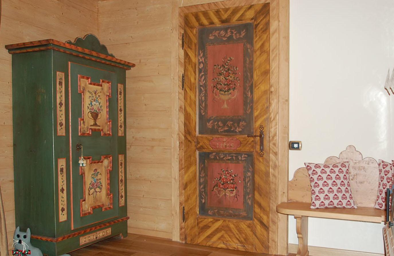 Lavorazioni su mobili in legno raffinate pitture su legno for Disegni mobili